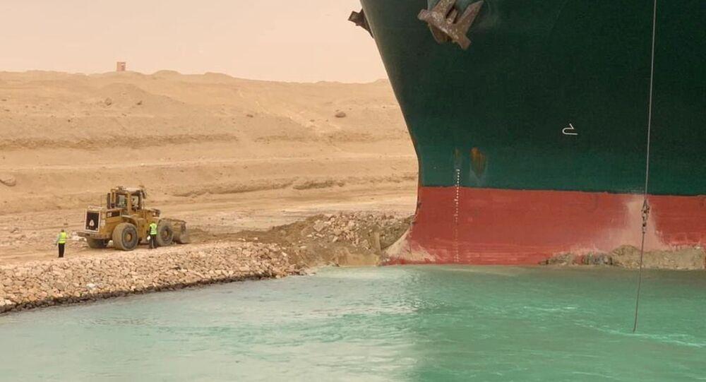 حفار إلى جانب السفينة الجانحة إيفرغيفن