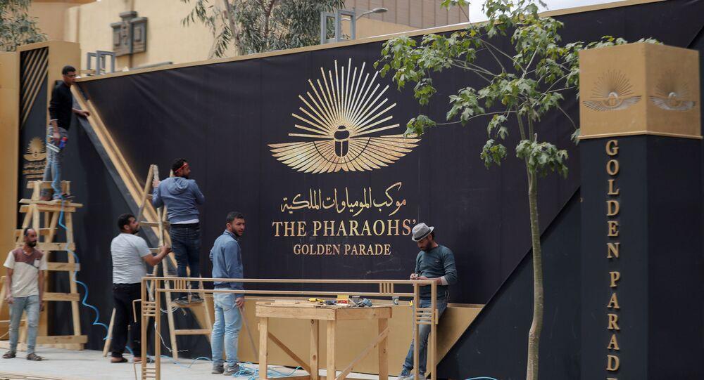 عمال يستعدون لنقل 22 مومياء من المتحف المصري بالتحرير إلى المتحف القومي للحضارة المصرية بالفسطاط، 1 نيسان/ أبريل 2021