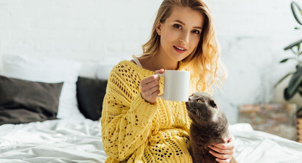 فتاة تحمل كوبا من الشاي