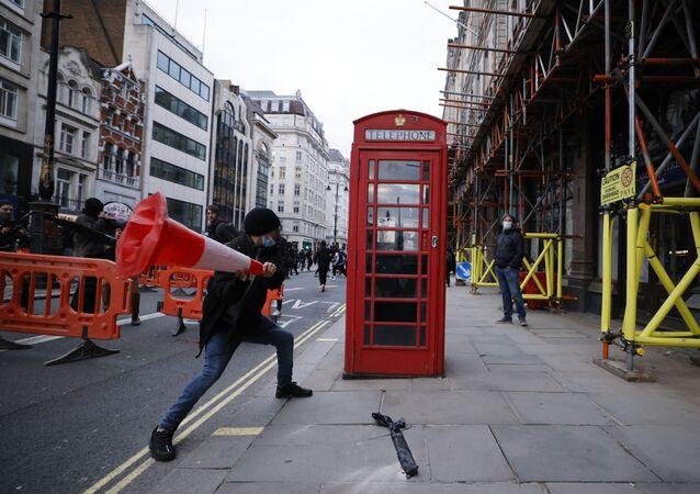 محتج في لندن