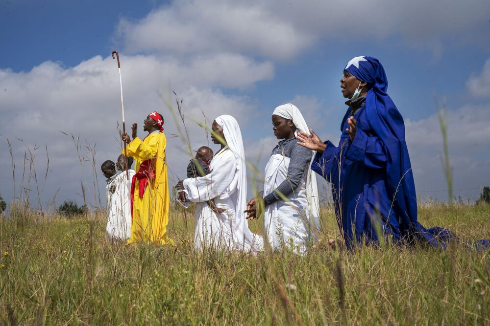 مراسم الاحتفال بعيد الفصح الكاثوليكي في سويتو، جنوب أفريقيا 4 أبريل 2021