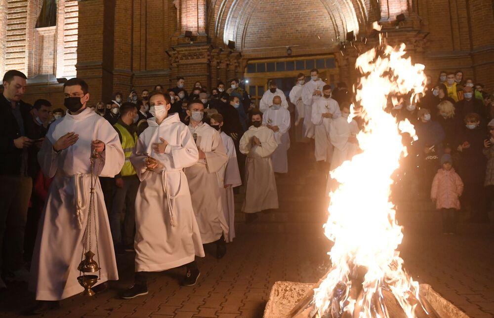 مراسم الاحتفال بعيد الفصح الكاثوليكي في موسكو، روسيا 4 أبريل 2021