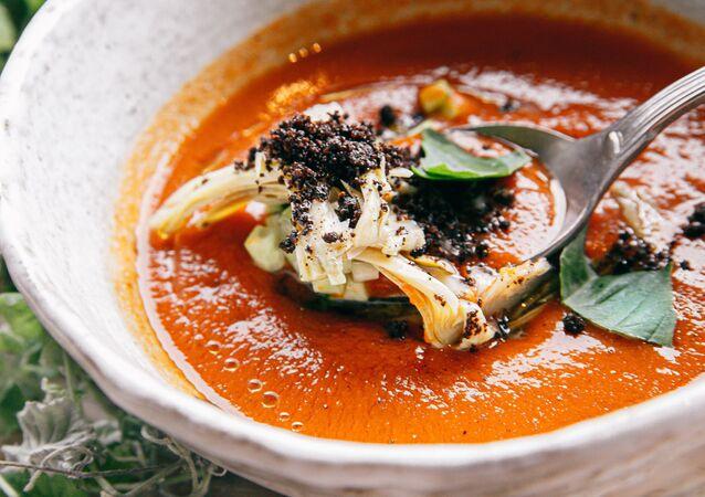 حساء غاسباتشو -  حساء إسباني بارد محبوب في فصل الصيف.