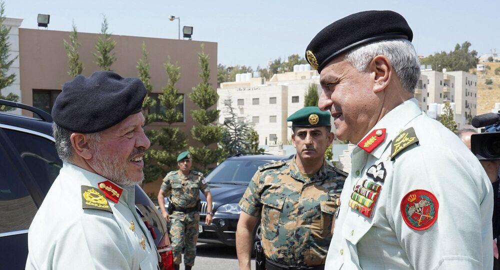 رئيس هيئة الأركان المشتركة في الأردن، اللواء الركن يوسف الحنيطي، مع العاهل الأردني الملك عبد الله الثاني