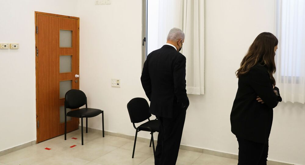 رئيس الوزراء الإسرائيلي بنيامين نتنياهو قبل بدء المحاكمة في قضايا الرشوة وخيانة الأمانة