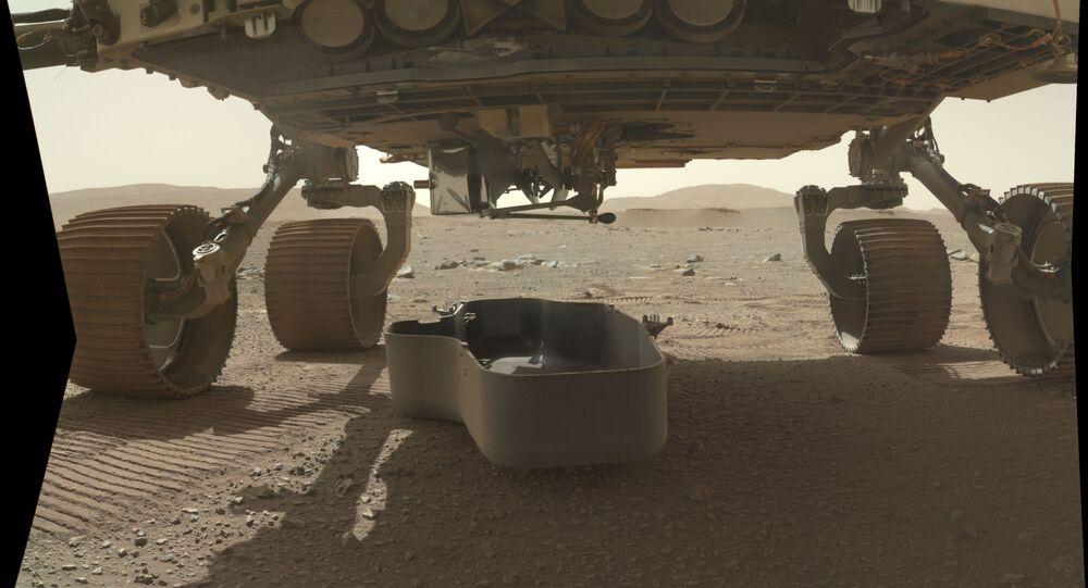 مركبة بيرسيفرانس الفضائية بإسقاط الدرع عن أول طائرة حوامة إنجينيويتي التابعة لكالة الفضاء الأمريكية ناسا، استعداداً لإطلاقها فوق سطح كوكب المريخ