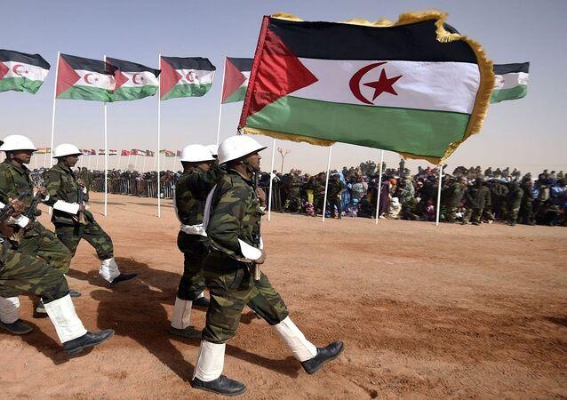 جنود الجيش الجزائري يرفعون الأعلام