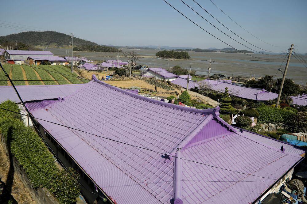 أسطح المنازل على الجزيرة البنفسجية في محافظة تشولا الجنوبية في كوريا الجنوبية، 6 أبريل 2021