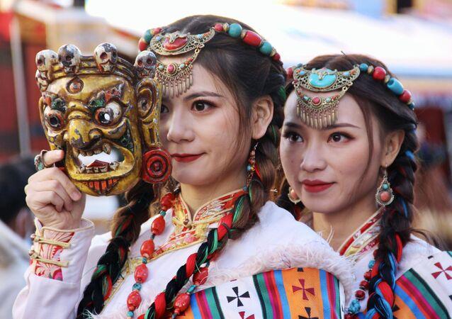 فتيات ترتدي الأزياء الوطنية في التبت. خلال الوباء بأكمله في التبت، حيث تم اكتشاف حالة واحدة فقط أصيبت بـ كوفيد-19 في بداية عام 2020