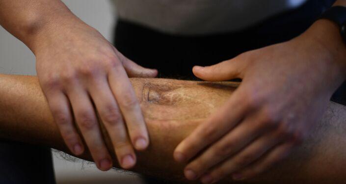 يتم التعامل مع ساق المريض بالتدليك