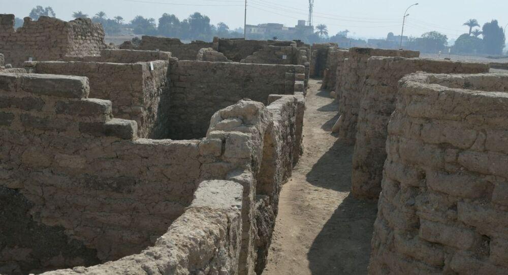بعض آثار المدينة الأثرية المكتشفة حديثا في الأقصر بمصر