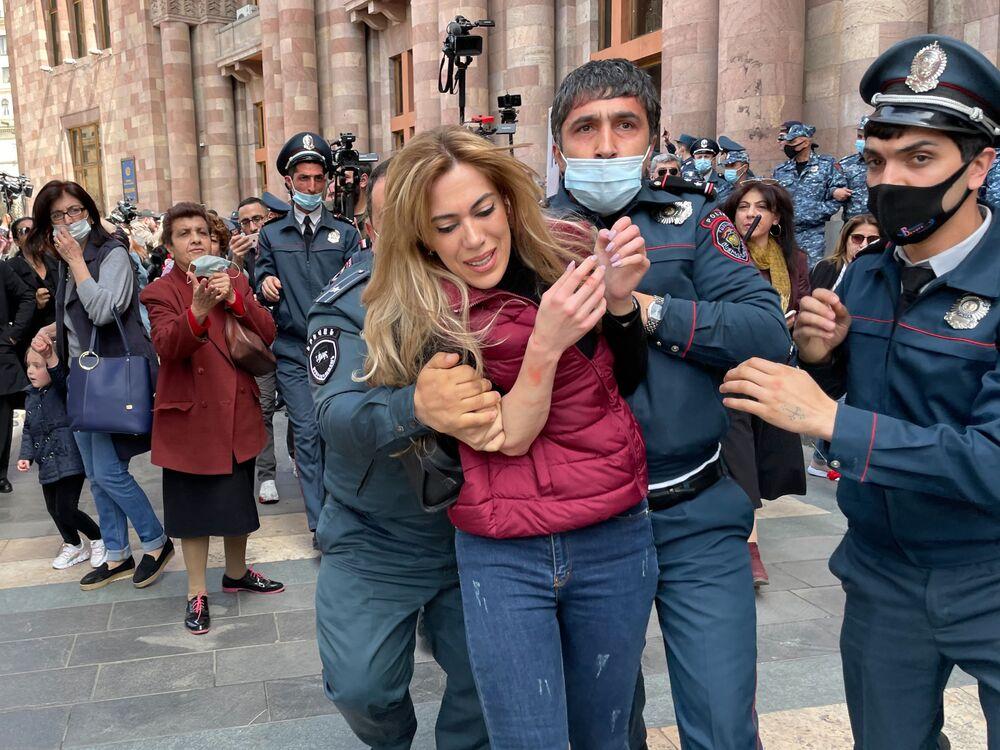 ضباط الشرطة يعتقلون أحد المشاركين في احتجاج للمطالبة باستقالة رئيس الوزراء نيكول باشينيان خارج مبنى الحكومة الأرمينية في يريفان، أرمينيا 7 أبريل 2021