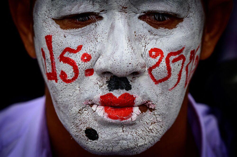 ناشط مؤيد للديمقراطية خلال مسيرة مناهضة للحكومة، نظمتها حركة القمصان الحمر السياسية في بانكوك، 4 أبريل 2021