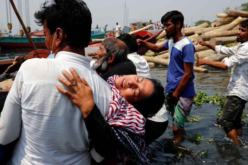 أقارب في حزن بعد وفاة عدة أشخاص عندما اصطدمت عبارة بسفينة شحن وغرقت في نهر شيتالاكسيا في نارايانغانج، بنغلاديش، 5 أبريل 2021