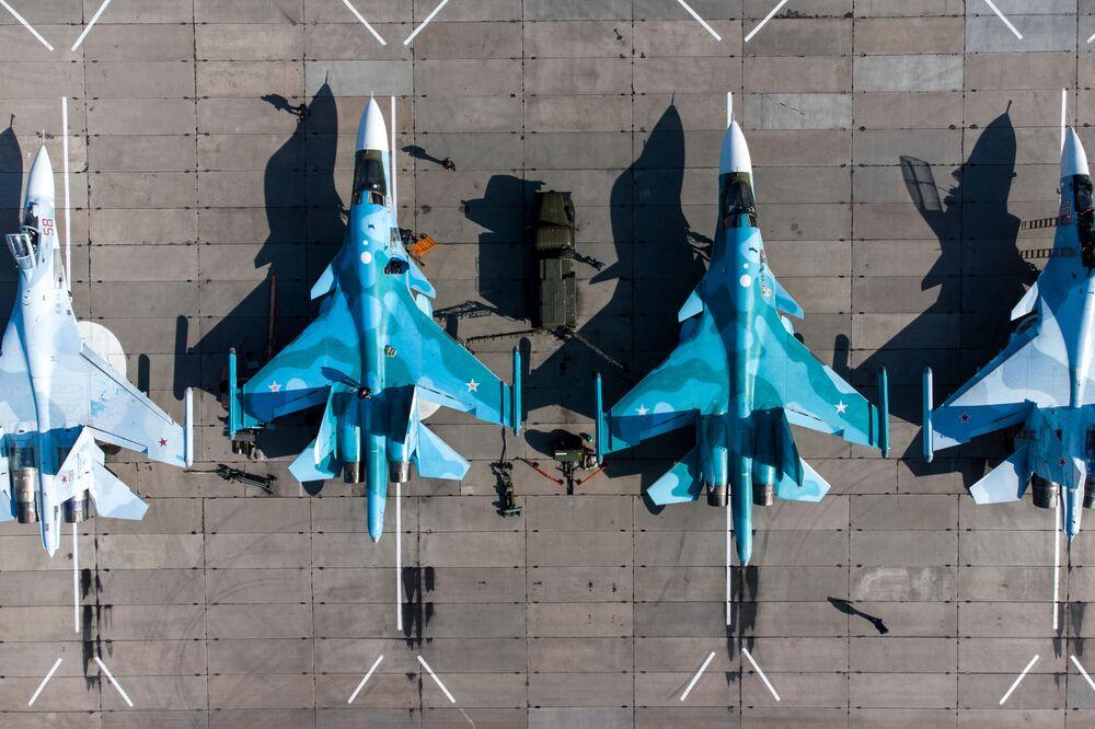 قاذفات هجومية من طراز سو-24 ومقاتلات متعددة الأغراض من طراز سو-30إس إم وقاذفات مقاتلة من طراز سو-34 في مسابقة أفيادارتس للطيران العسكري ضمن الألعاب العسكرية الدولية 2021، 2 أبريل 20