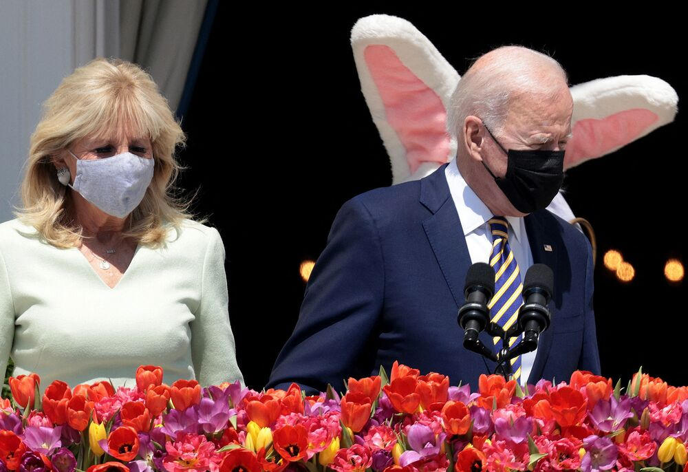 الرئيس الأمريكي جو بايدن والسيدة الأولى جيل بايدن يظهران مع أرنب عيد الفصح في البيت الأبيض، في واشنطن العاصمة 5 أبريل 2021 . تم إلغاء لفة بيض عيد الفصح التقليدية هذا العام بسبب جائحة كورونا.