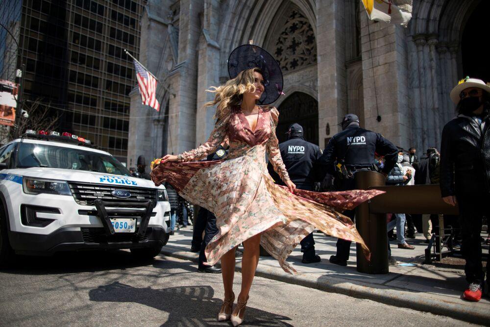 امرأة تحضر موكب عيد الفصح السنوي ومهرجان بونيت في منطقة الجادة الخامسة، وسط جائحة كورونا (كوفيد-19) في مدينة نيويورك، الولايات المتحدة، 4 أبريل 2021