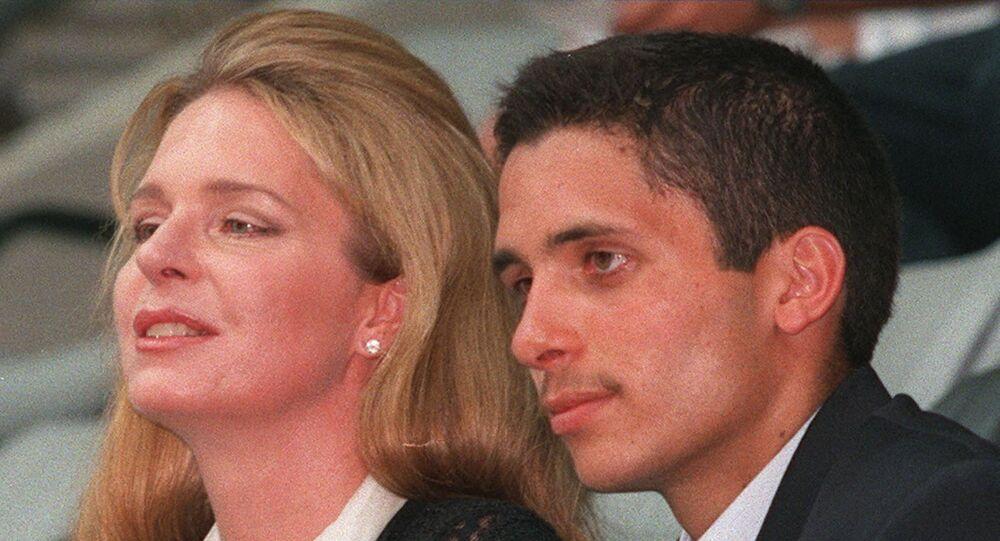 الملكة نور مع نجلها الأمير حمزة ولي عهد الأردن السابق