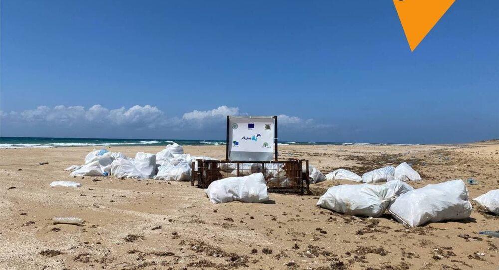 نشطاء لبنانيون يحاولون تنظيف الشاطئ بعد تسرب نفطي