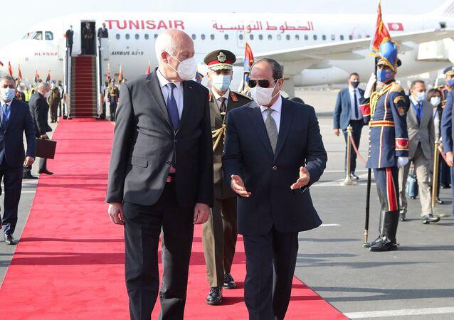 الرئيس المصري عبد الفتاح السيسي يستقبل الرئيس التونسي قيس سعيد في مطار القاهرة
