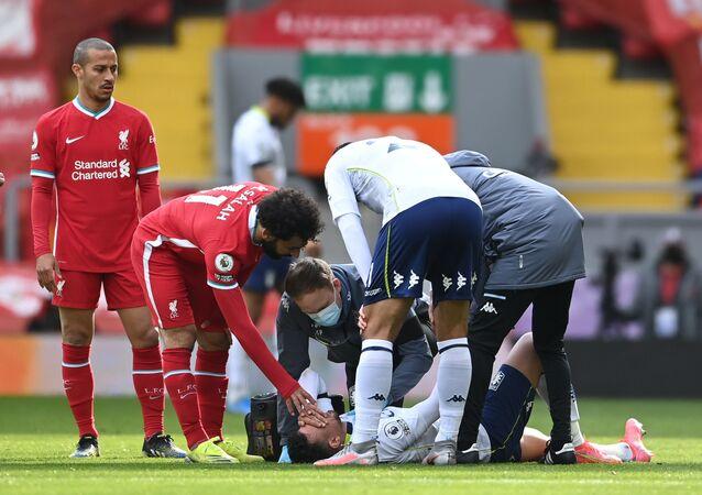إصابة محمود حسن تريزيجيه لاعب أستون فيلا في مباراته أمام ليفربول واللاعب محمد صلاح يطمئن عليه، 10 نيسان/ أبريل 2021