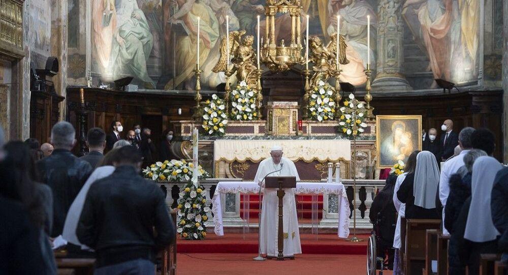 البابا فرنسيس يحيي قداساً مع سجناء ولاجئين
