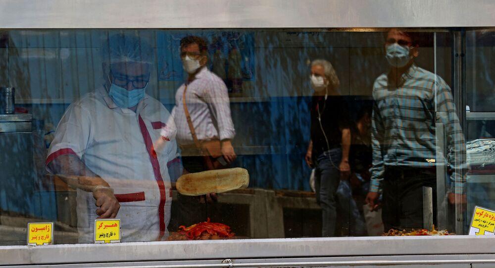 تشديد التدابير الوقائية والاجراءات الاحترازية بسبب فيروس كورونا في طهعران، إيران 10 أبريل 2021