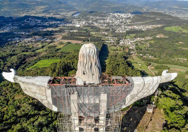 تشييد تمثال عملاق جديد للسيد المسيح يتجاوز حجم تمثال المسيح الفادي  فوق تلة كوركوفادو، البرازيل، 9 أبريل 2021