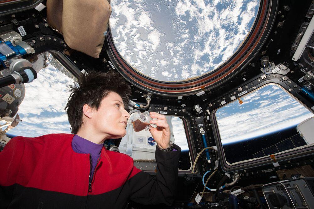 رائدة الفضاء في وكالة الفضاء الأوروبية، سامانثا كريستوفوريتي، وهي تشرب القهوة في قبة المحطة.