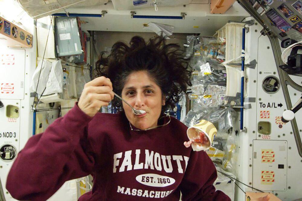 قامت رائدة الفضاء سونيتا ويليامز بنشر هذه الصورة على صفحتها على تويتر في أكتوبر/ تشرين الأول 2012 على متن محطة الفضاء الدولية وهي تستمتع بكوب من الآيس كريم.