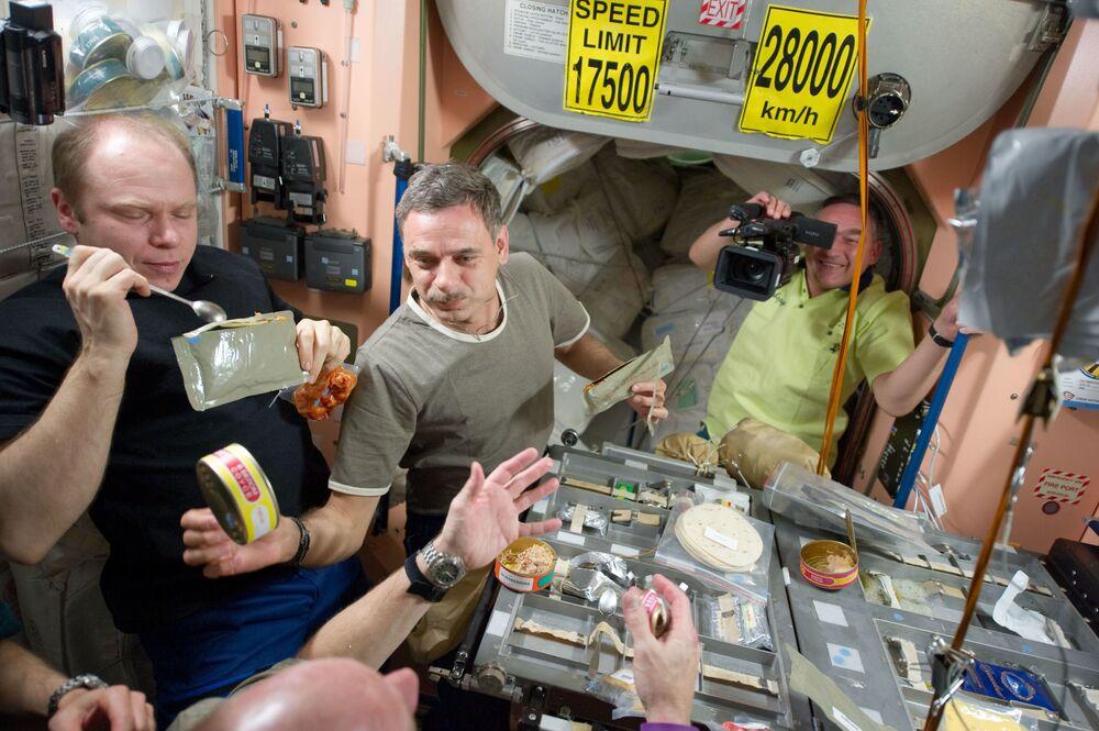 أعضاء البعثة الـ 23 أثناء الغداء في محطة الفضاء الدولية