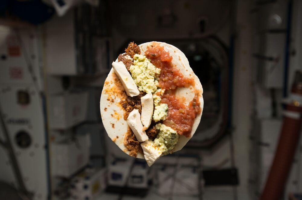 إفطار رائد الفضاء الأمريكي تيموثي لينارت كوبرا على محطة الفضاء الدولية