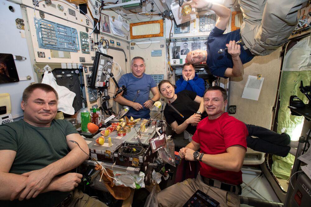 أعضاء البعثة الـ60 طويلة المدى إلى محطة الفضاء الدولية في وقت الغداء