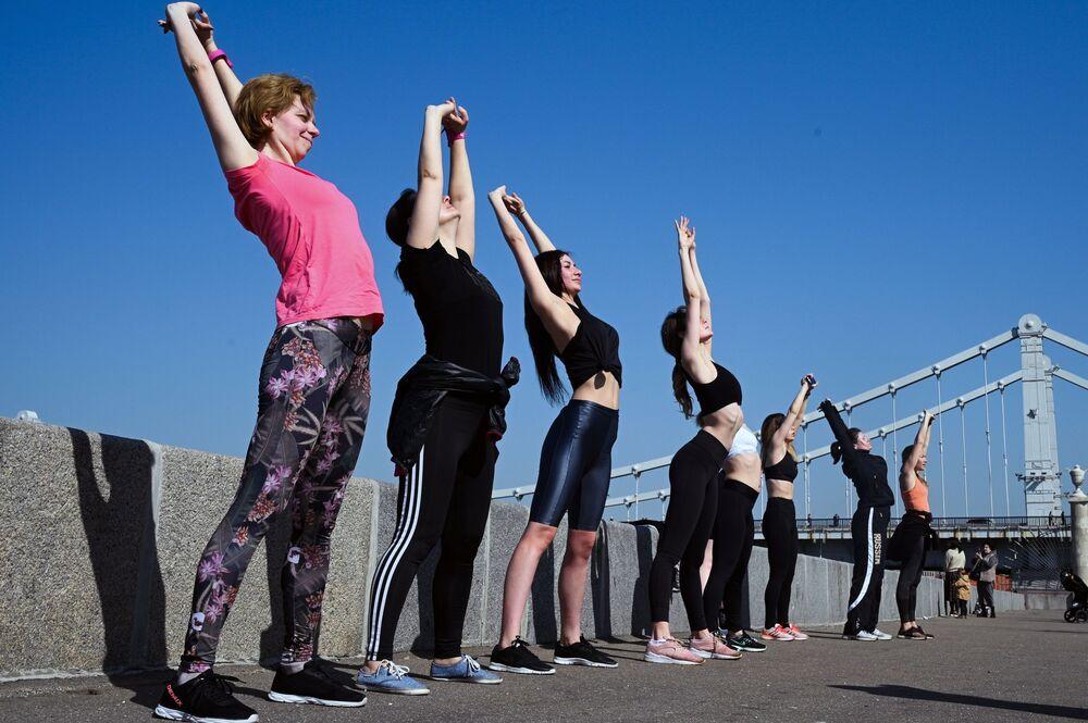 فتيات يمارسن تمارين رياضية في حديقة ماكسيم غوركي على ضفة نهر موسكو، روسيا 11 أبريل 2021