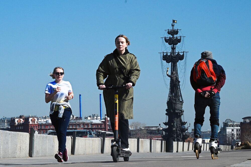 مواطنون يتنزهون في حديقة موزيون على ضفة نهر موسكو في موسكو، روسيا 11 أبريل 2021