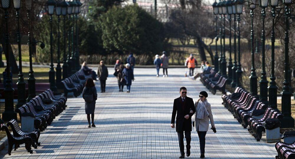 مواطنون يتنزهون في حديقة ألكسندر القريبة من الساحة الحمراء في موسكو، روسيا 11 أبريل 2021