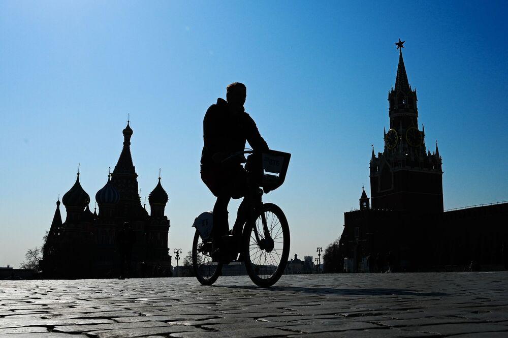 شاب يركب الدراجة على الساحة الحمراء موسكو، روسيا 11 أبريل 2021