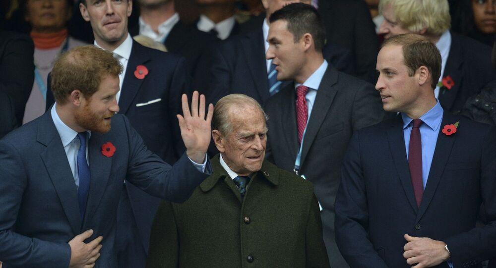 الأمير فيليب يتوسط حفيديه الأميران ويليام وهاري
