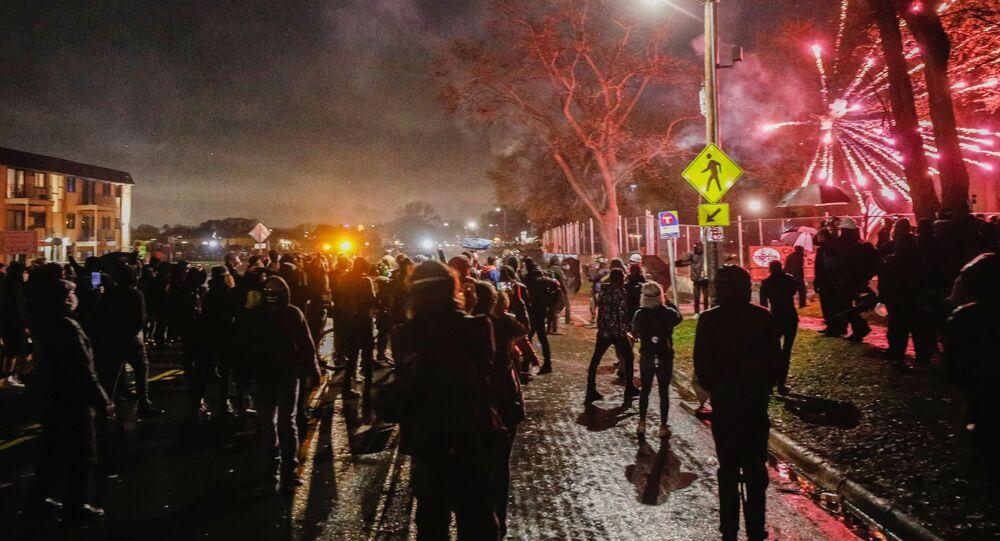 احتجاجات خارج قسم الشرطة التابع لمركز بروكلين، ولاية مينيسوتا، بعد إطلاق شرطة مينيابوليس النار على شاب من أصل أفريقي، دونت رايت، عمره 20 عاما، الولايات المتحدة 13 أبريل2021