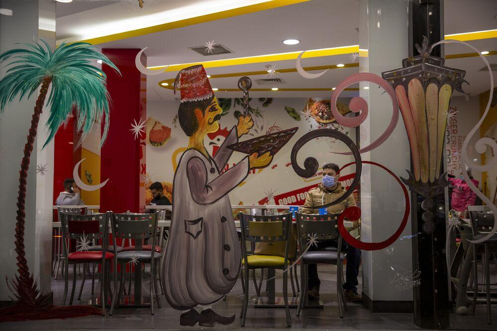 تزيين المطاعم والمقاهي في بيروت بمناسبة رمضان هذا العام، لبنان 12 أبريل 2021