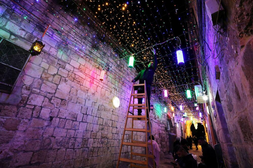 تزيين شوارع البلدة القديمة في القدس بمناسبة حلول شهر رمضان، الضفة الغربية، فلسطين 11 أبريل 2021