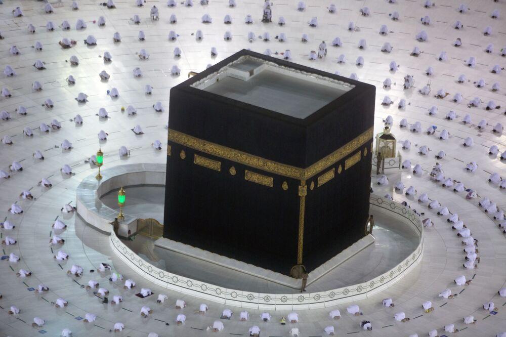 صلاة الفجر الأولى في شهر رمضان في مكة، المملكة العربية السعودية 13أبريل 2021