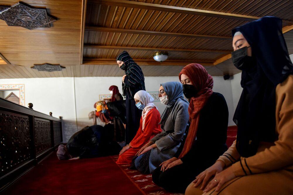 نساء تصلي صلاة التراويح الأولى في شهر رمضان في الجامع العثماني في بودغوريكا، الجبل الأسود 12 أبريل 2021