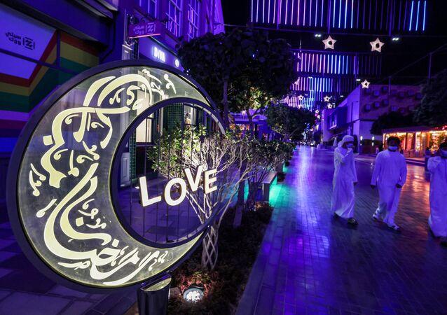 زينة شهر رمضان في حي سيتي ووك في دبي، الإمارات العربية 12 أبريل 2021