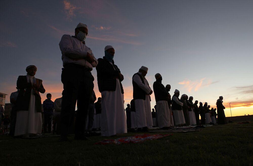 مصلون قبل ظهور قمر شهر رمضان في كيب تاون، جنوب أفريقيا 12 أبريل 2021