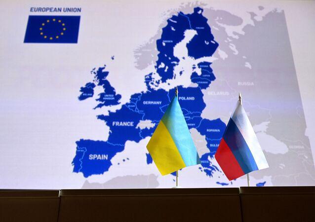علم روسيا وعلم أوكرانيا