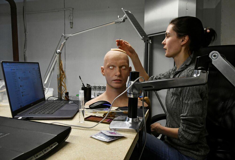 ألكسندرا تشيغودايفا، نائبة مدير شركة بروموبود لتصنيع الروبوتات، تعمل على رأس رجل آلي في فرع الشركة لنمذجة الروبوتات البشرية في أقصى شرق مدينة فلاديفوستوك، روسيا، 15 مارس 2021