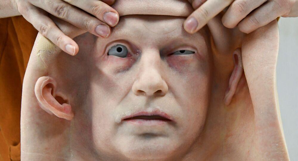 موظف يركب الجلد على رأس رجل آلي طورته شركة بروموبود لتصنيع الروبوتات، في فرع الشركة لنمذجة الروبوتات البشرية في أقصى شرق مدينة فلاديفوستوك، روسيا، 15 مارس 2021