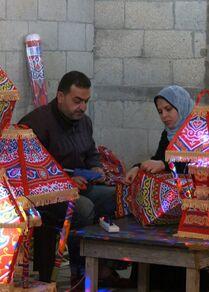 الفلسطينيتة غدير زنداح تصنع الزينة الرمضانية في مينة خان يونس، قطاع غزة، فلسطين 14 أبريل 2021