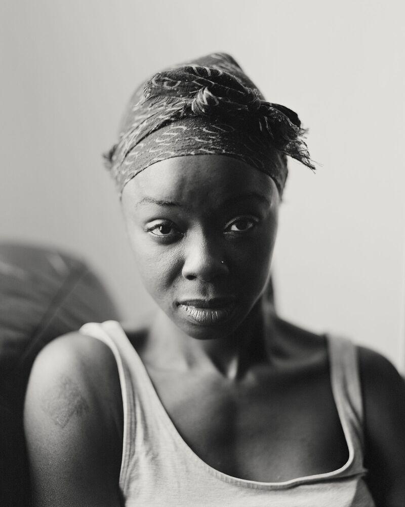 صورة من سلسلة Bank Top، للمصور البريطاني كريغ إيستون، الفائزة في فئة بورتريه احترافي، والذي أصبح مصور العام ضمن مسابقة جوائز سوني العالمية للتصوير الفوتوغرافي 2021